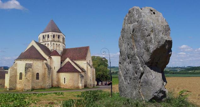 Des mégalithes aux églises romanes