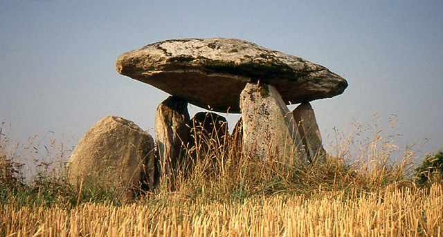 À l'aube de l'architecture sacrée : l'énigme des menhirs et des dolmens